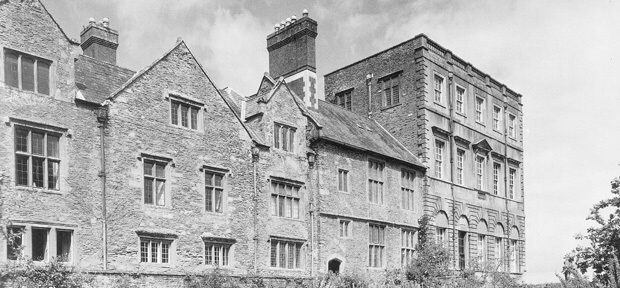 Halswell's east range showing the Great Hall building in-between the Baroque house of 1689 to the north and the three gable ends to the south. The two banks of large mullion windows in this early Tudor Manor building correspond to the Great Hall on the ground floor and the Solar (or medieval Lord's quarters) directly above on the first floor.